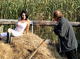 A guy is shifting hay and a teenage girl is watching him. They get into an argument but then the girl seduces him, gives him a blow job and they fuck